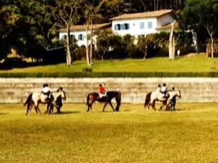 Amantes de cavalgadas podem fazer uso dos cavalos disponíveis na Fazenda Dona Carolina