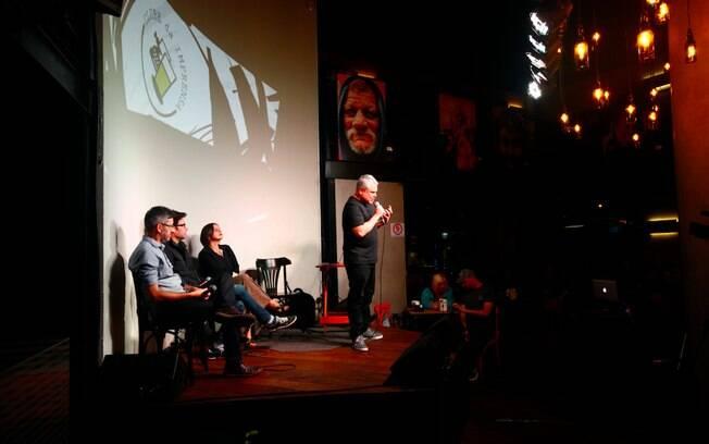 Ao lado dos debatedores da noite, o moderador Hélio Gomes faz a abertura oficial do Clube da Imprensa
