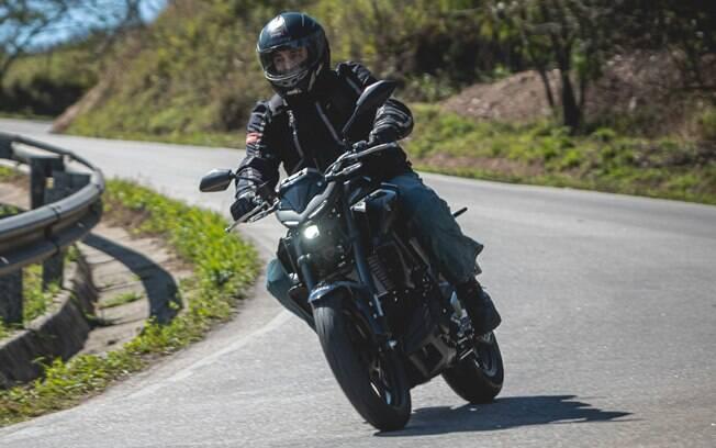 Agora com garfo invertido, a Yamaha MT-03 ficou mais estável em curvas