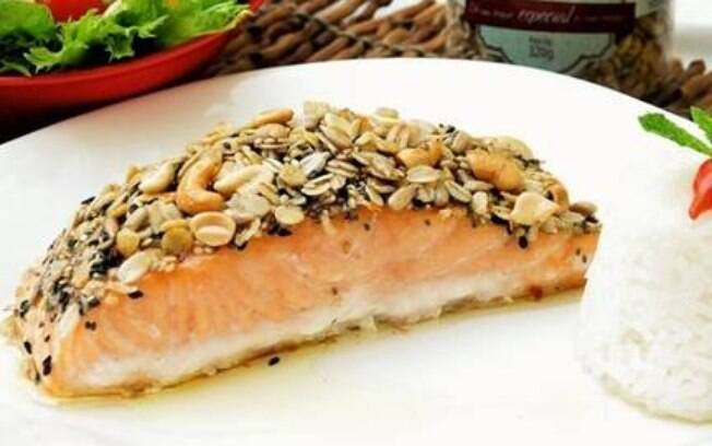 Salmão com crosta de granola salgada é uma receita que cabe na dieta e pode ser servida com salada ou arroz branco