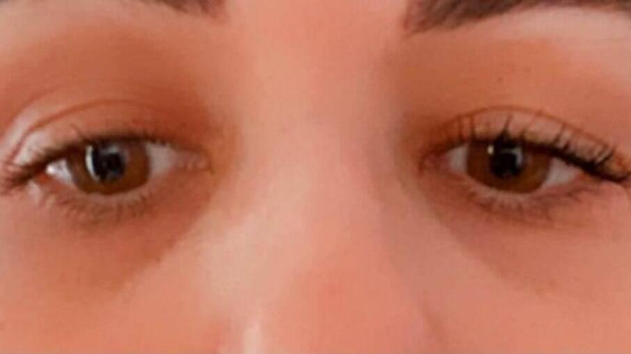 Na imagem, usei a máscara Volume Russo no cílios do olho direito; compare