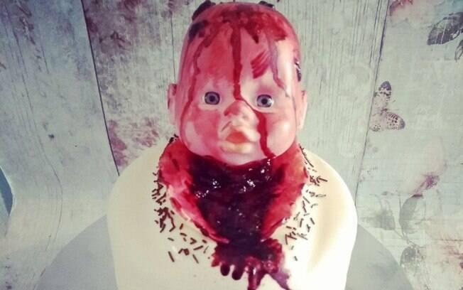 O bolo feito pela Cake O Rama para o chá de bebê mostra um bebê nascendo de parto normal