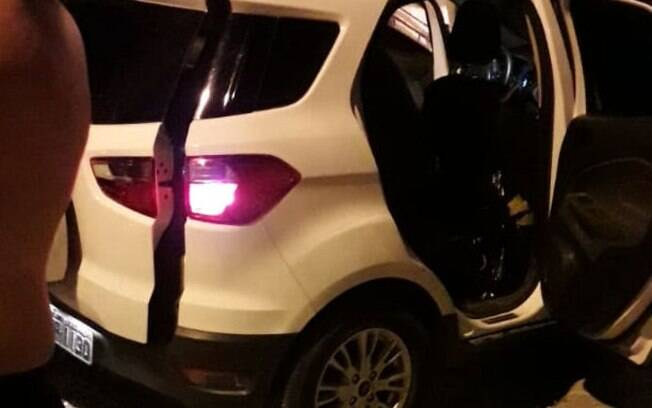 Após ser parado pelos policiais, homem ainda tentou abandonar o carro e fugir, mas acabou baleado