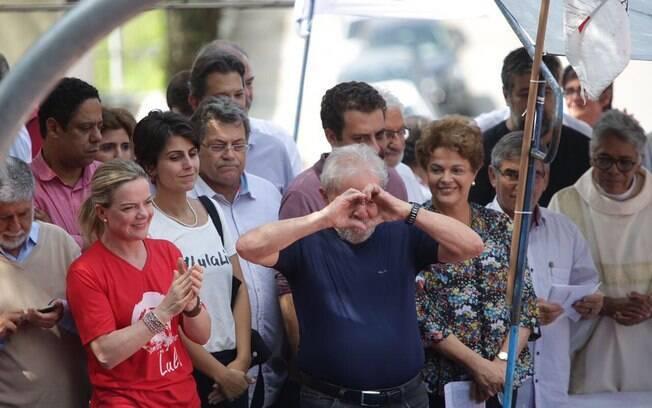 Lula fez discurso inflamado cercado de outras lideranças do partido como Gleise Hoffmann e Dilma Rousseff.