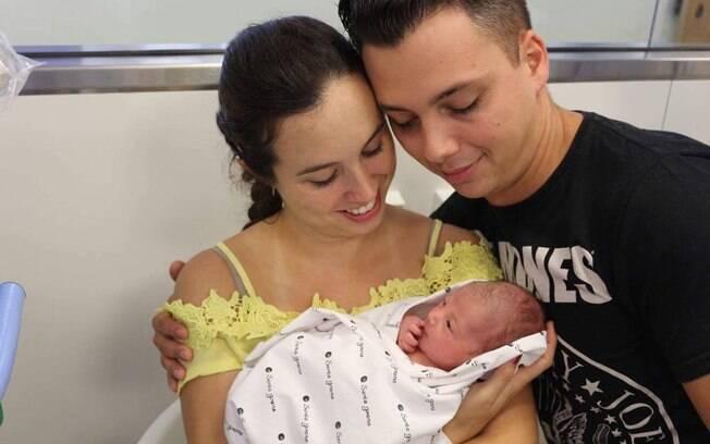 A musicista Yara Villão junto com o marido, o violoncelista Júlio Pelloso, e a filha Samira, que nasceu em fevereiro