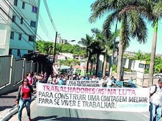 Ato público.   Cerca de 400 servidores grevistas caminharam pelas ruas do centro, para manifestar a insatisfação com a proposta da prefeitura