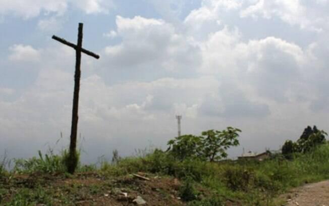Uma cruz improvisada serve de memorial em La Escombrera, o aterro sanitário de Medellin onde podem estar corpos de desparecidos
