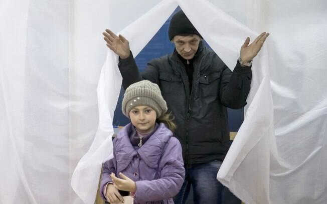 Com sua filha, eleitor participa do referendo da Crimeia, Ucrânia