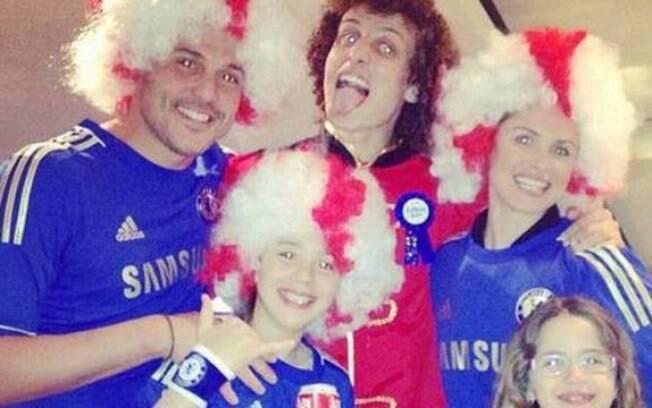 Júlio César vestiu a camisa do Chelsea e a  esposa Susana Werner divulgou a foto no Twitter,  causando polêmica