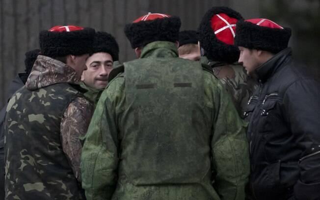 Militares protegem o edifício do parlamento regional durante referendo da Crimeia em Simferopol