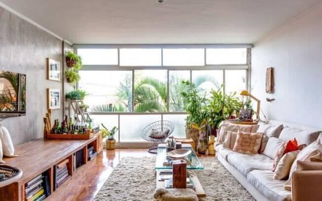 A janela participa como elemento que compõe o desenho da sala, com direito às árvores da rua trazendo frescor para o espaço. Cortina pra quê?