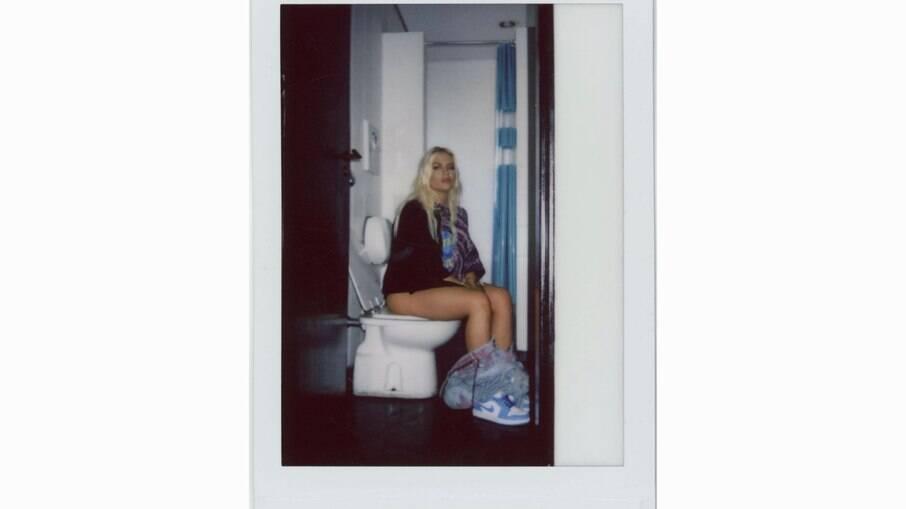 Luisa Sonza no vaso sanitário