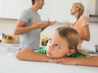Presenciar discussões entre os pais entristece especialmente as crianças menores