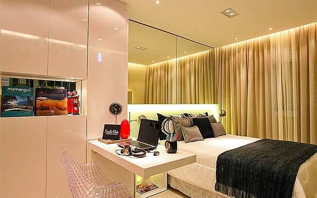 decoracao alternativa apartamentos pequenos:em faixas espelhadas sobre a cabeceira da cama é uma alternativa