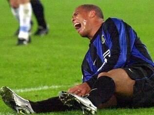 Ronaldo machuca joelho durante partida