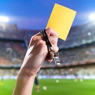 Cartão amarelo: ele é uma advertência. Dois deles valem um vermelho, ou seja, expulsão