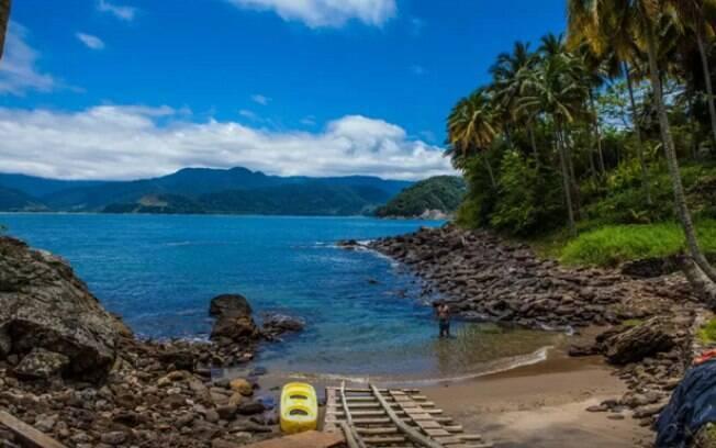 Uma ilha na costa do Brasil, em meio a Mata Atlântica, com plantas lindas e raras