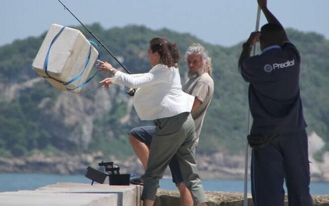 Griselda joga pertences de Pereirinha no mar