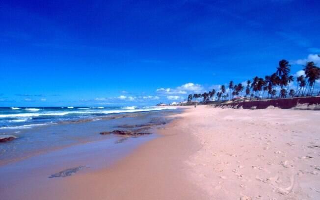 Antigo reduto hippie, Arembepe tem praias com dunas e coquerais