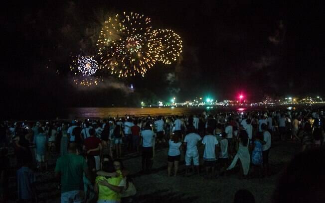 Multidão celebra a chegada de 2016 no litoral paranaense. Foto: JOKA MADRUGA/FUTURA PRESS