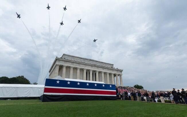 Festa contou com shows de fogos de artifício e espetáculo com aviões