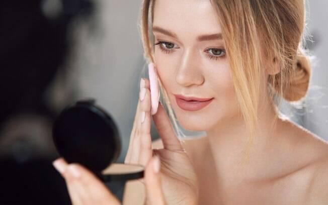 O pó compacto pode ser bastante útil, mas também é fácil de cometer erros de maquiagem com esse tipo de cosmético