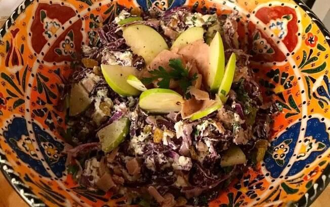 Salada de repolho roxo com as sobras do tender