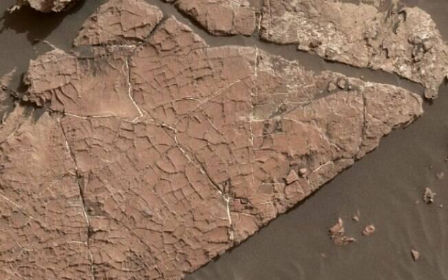 Foto mostra rede de rachaduras em solo marciano que pode ter se formado há mais de 3 bilhões de anos
