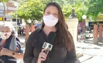 Idosa interrompe jornalista e tira dúvidas sobre a função dela