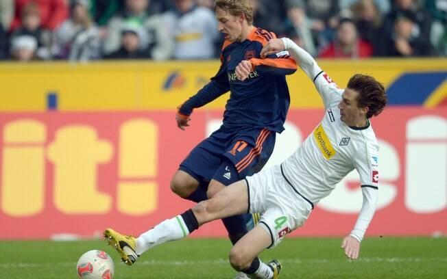 Kiessling, do Bayer Leverkusen, é travado por  defensor do Borussia M'Gladbach