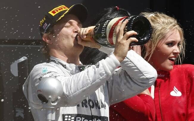 E no pódio, Nico Rosberg, da Mercedes,  comemora vitória ao lado das belas