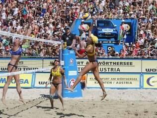 Juliana e Maria Elisa bateram as austríacas Schützenhofer e Plesiutschnig por 2 sets a 0 e holandesas Meppelink e Van Iersel por 2 sets a 1