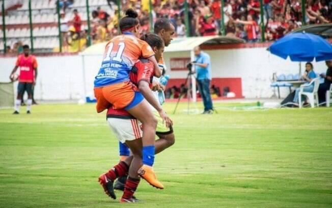 Em final do Campeonato Carioca de Futebol Feminino, jogadora é carregada por rival para fora do campo