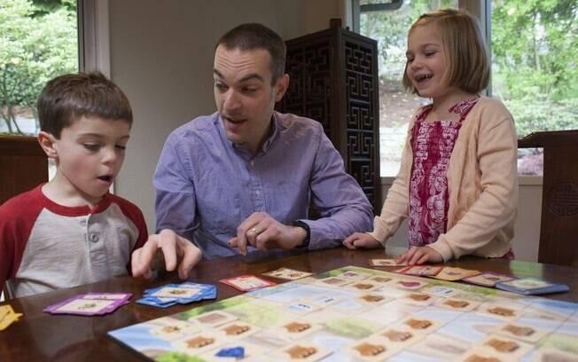 Dan Shapiro e seus filhos brincam com o Robot Turtles