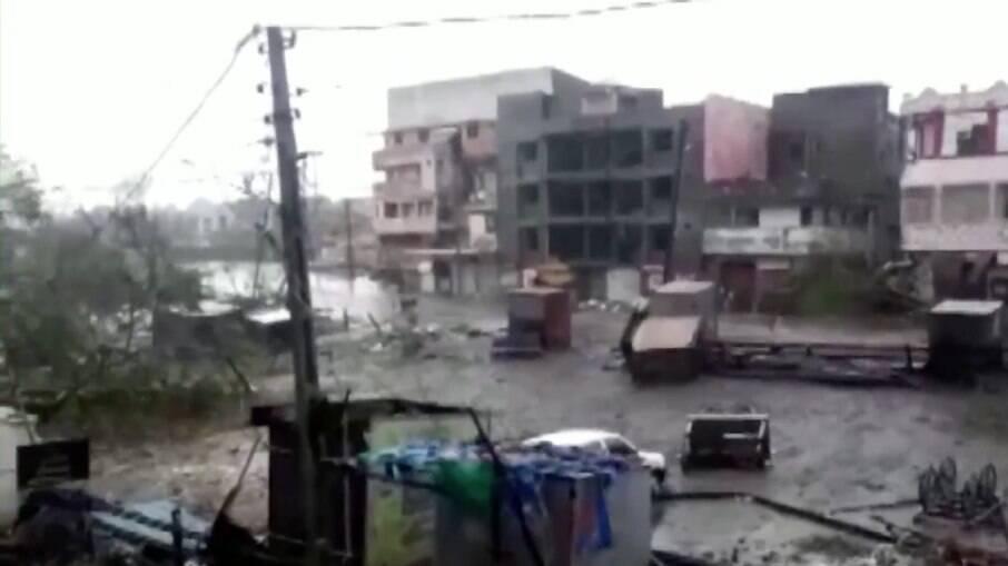 Ciclone deixa destruição e pessoas desaparecidas na Índia