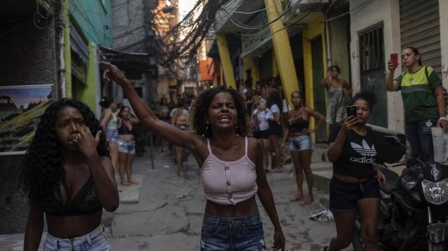 Moradores do bairro do Jacarezinho durante protesto