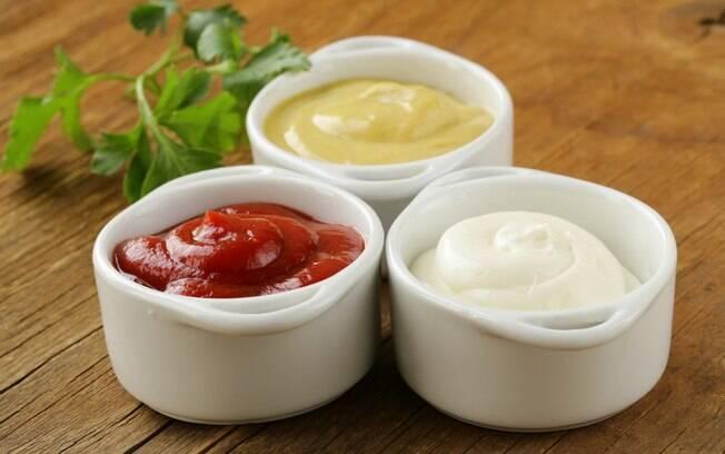 Ketchup e mostarda são complementos, a maionese pode ir na montagem, passada no pão