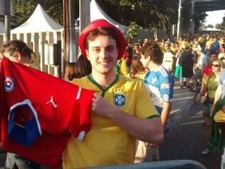 Rafael do Brasil exibe camisa chilena e até tira onda com torcedores da La Roja