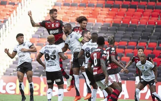Zaga do Flamengo é muito criticado