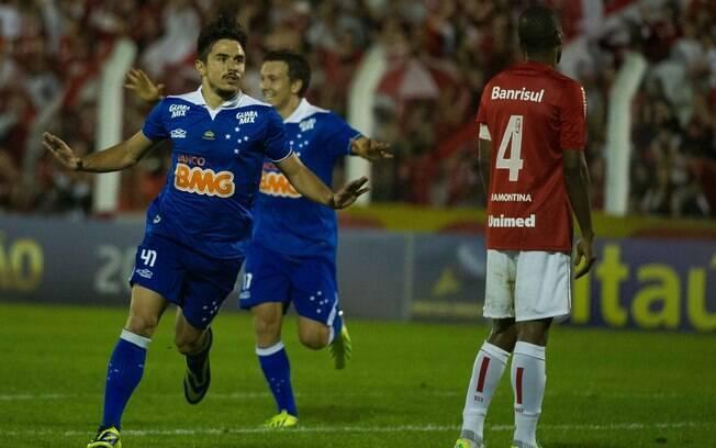 Willian comemora gol da vitória do Cruzeiro