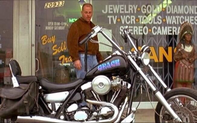 """Bruce Willys de olho na Grace, em """"Pulp Fiction"""". Note o carburador duplo da Harley"""