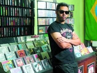 Fomentador. Bart Ramos em frente à sua loja de discos 53 HC, na Galeria Praça Sete