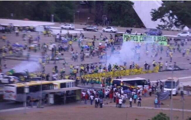 Manifestação que pedia intervenção militar encerrou após ação da Polícia Militar.