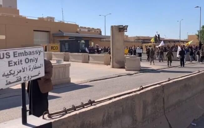 Manifestantes atacaram a embaixada americana em Bagdá