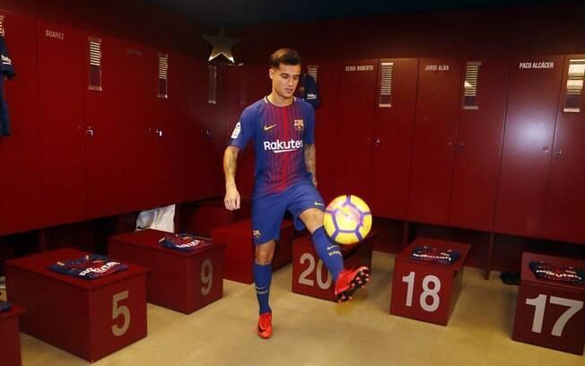Philippe Coutinho bate bola no vestiário do Barcelona após ser oficialmente apresentado
