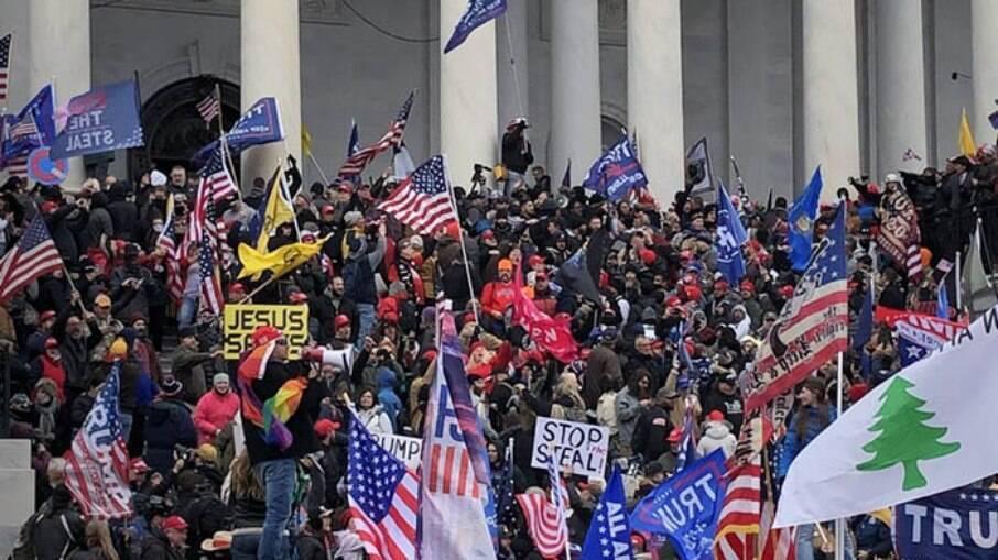 Protesto no Capitólio em 6 de janeiro, após derrota de Trump