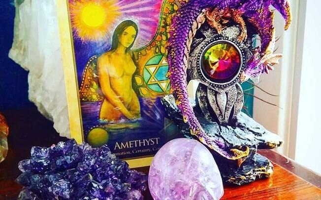Altar ametista com a energia violeta da ametista, dos dragões e do crânio de ametista Violet