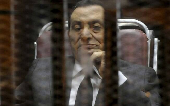 O ex-presidente do Egito Hosni Mubarak reage dentro de doca em delegacia nos arredores do Cairo (21/05/2014)