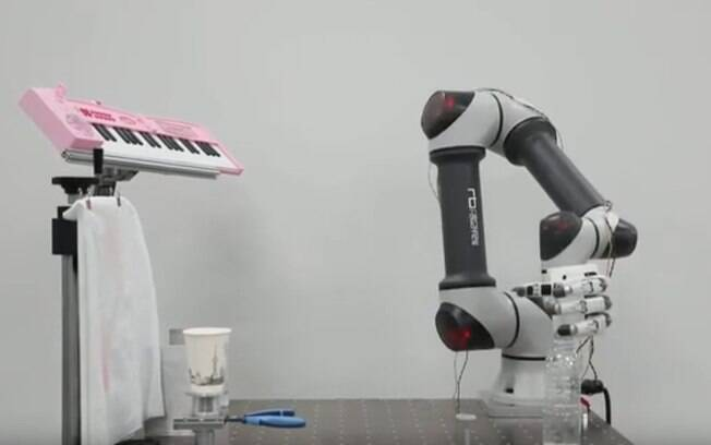 Mão robótica é capaz de realizar diversas tarefas