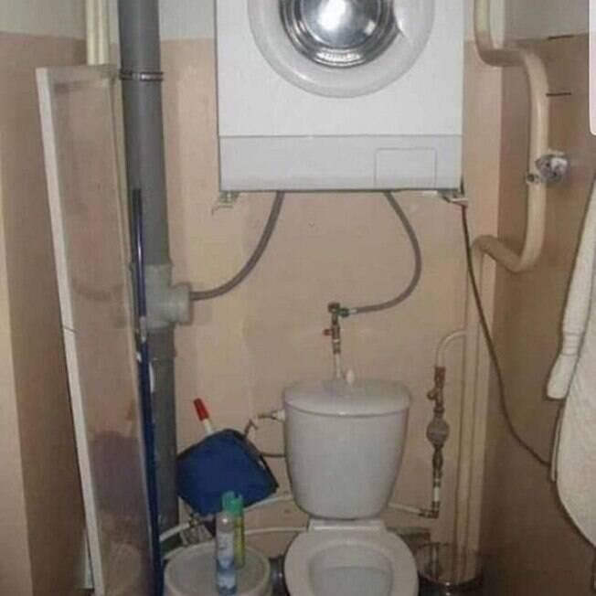 máquina de lavar em cima de privada